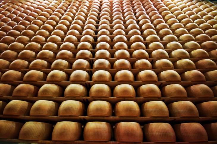 Stagionatura forme parmigiano